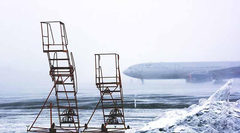 Decenas de vuelos cancelados debido a densa niebla en Londres