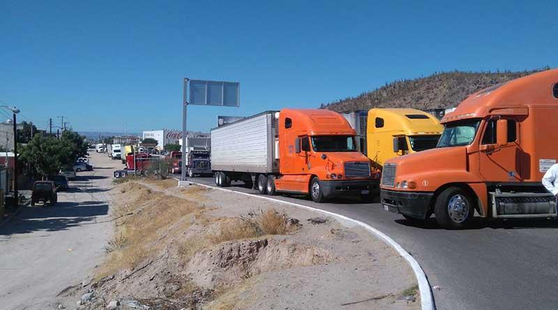 Decenas de trailers detenidos por bloqueos en carretera a Pichlingue por gasolinazo