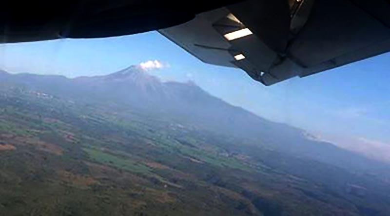Aeropuerto de Colima reanuda actividades tras retiro de ceniza