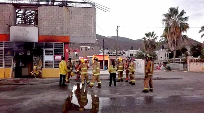 Arden 6 locales y dos vehículos frente a delegación de Cabo San Lucas