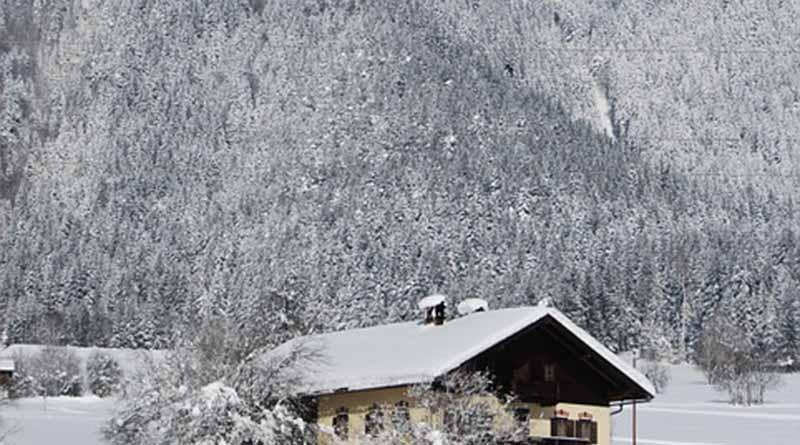 Rescatan a ocho personas de hotel sepultado por nieve en Italia