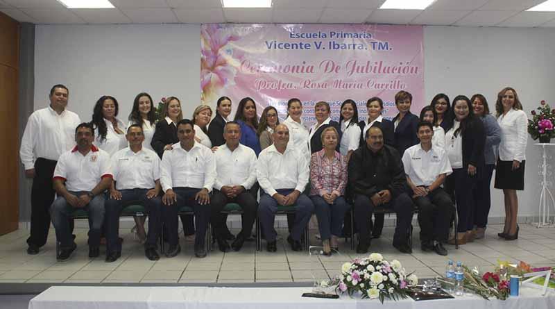 Emotivo homenaje a la profesora Rosa María Carrillo por 30 años de servicio