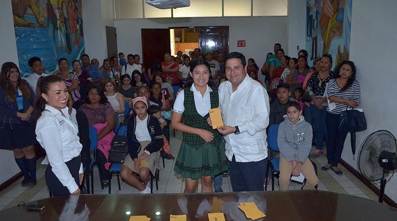667 Estudiantes beneficiados con el pago del programa de becas municipales en CSL