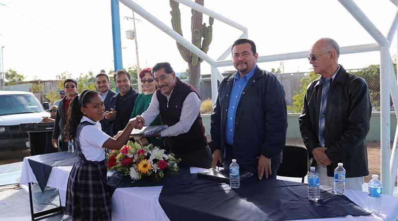 Entregan equipos de cómputo en beneficio de más de mil alumnos de primaria: SEP