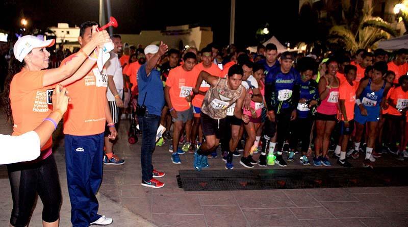 Más de 300 participantes en carrera pedestre neón a favor de los derechos de la mujer