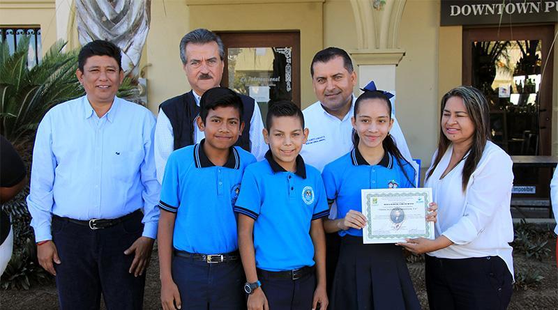 Entregan autoridades municipales reconocimiento a ganadores del concurso juguete regional poesía coral y oratoria