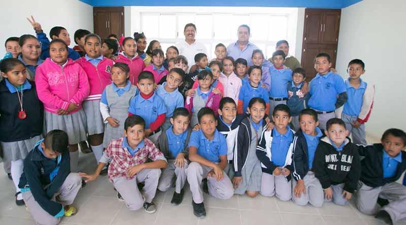 Gobernador entrega apoyos sociales en zona norte del municipio de La Paz