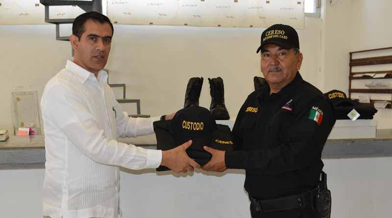 Realiza Sigala Páez entrega de uniformes a internos del  CERESO de San José del Cabo