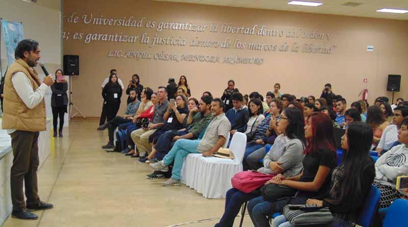 El director Carlos Bolado y el primer actor Damián Alcázar dialogan con alumnos de la UABCS