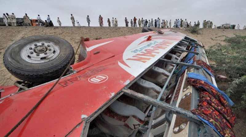Mueren 14 personas al caer autobús a barranco en Pakistán
