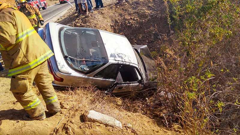Carro se desbarranca en Caduaño