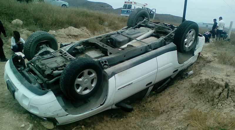 Vuelca automóvil en carretera Todos Santos-Pescadero