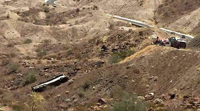 Cae a barranco camión de estudiantes en Mulegé, habría 40 heridos y una joven muerta