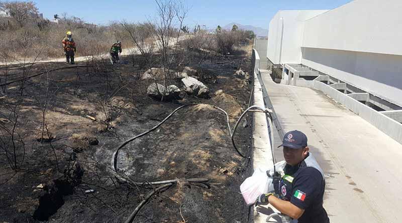 Oportuna intervención de cuerpos de emergencia y rescate en incendio a un costado de plaza Los Patios