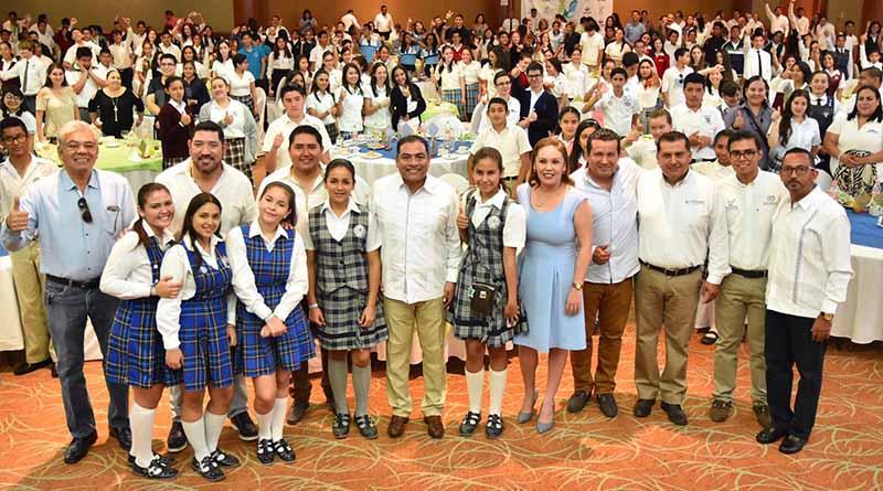 Reconoce Alcalde a estudiantes destacados del Municipio