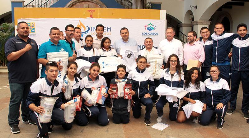 Entrega Gobierno Municipal  equipamiento y uniformes a deportistas de Karate y Taekwondo