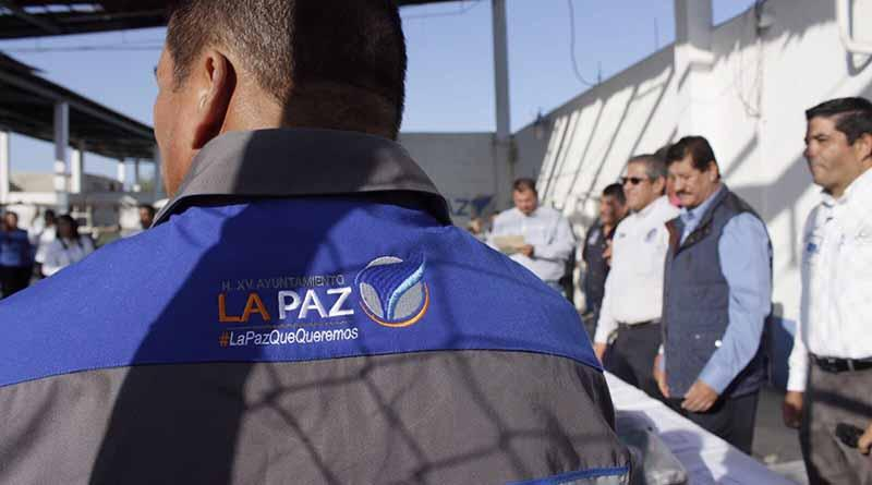 El Alcalde Armando Martínez entregó uniformes a personal operativo de SAPA La Paz