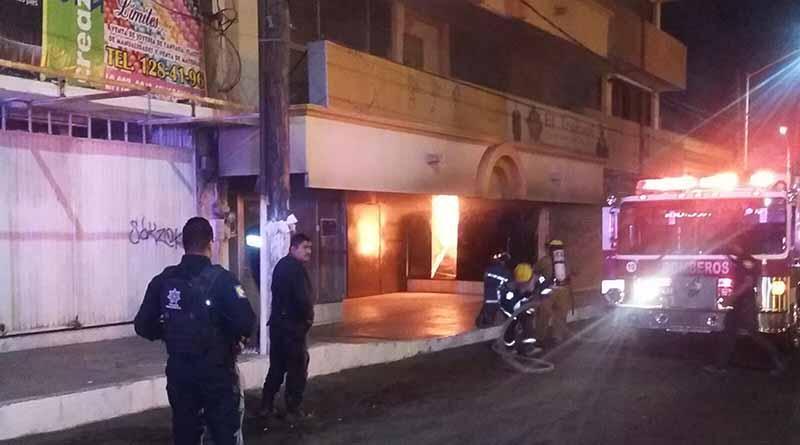 Se incendia tienda de ropa El Trébol en la zona centro de La Paz