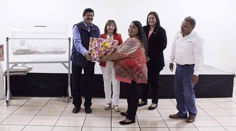 Convive Alcalde de La Paz con madres trabajadoras de DIF Municipal