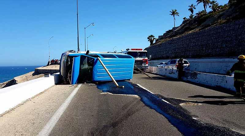 Volcadura de panel en el mirador reporta tres heridos y afectación al tránsito
