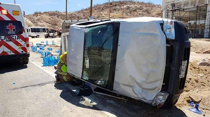 Vuelca camioneta repartidora de agua purificada en Cerro Colorado