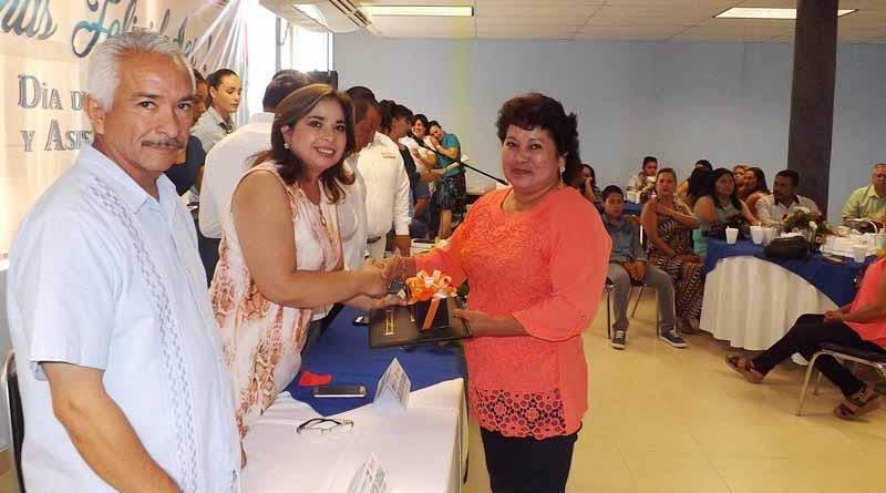 Encabeza Síndico Municipal Laura Chacón Entrega de Estímulos a Trabajadores de la Educación
