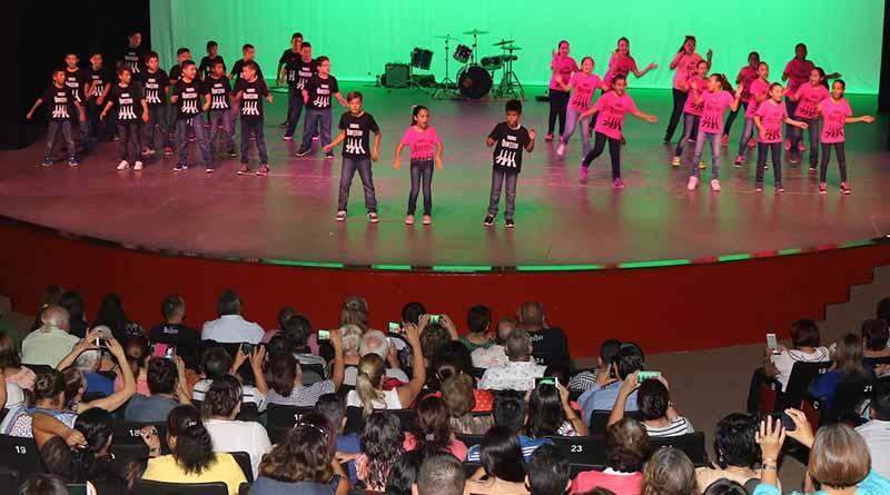 Alumnos muestran su dominio del idioma inglés en concierto The Beatleskids Proni 2017