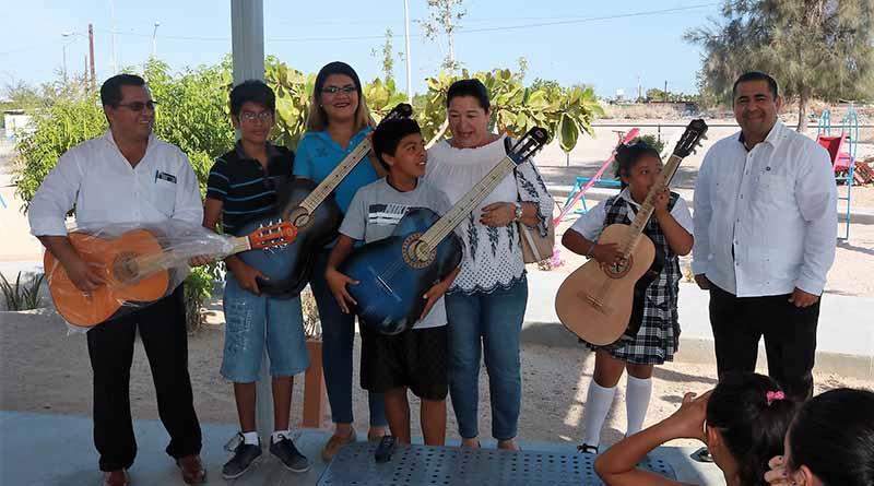 La secretaria del trabajo inicio un curso de guitarra para niños y jóvenes en el parque 20 de Noviembre