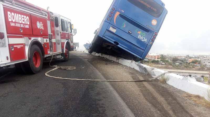 A punto de volcarse camión de transporte público