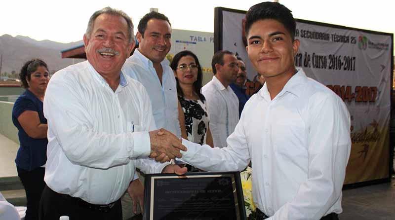 Reconocen los egresados de Secundaria Técnica 25 generación 2014-2017 apoyo del Alcalde