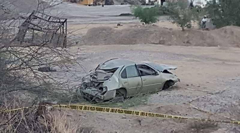 Muere mujer al salir proyectada de carro tras choque contra paredón y volcadura