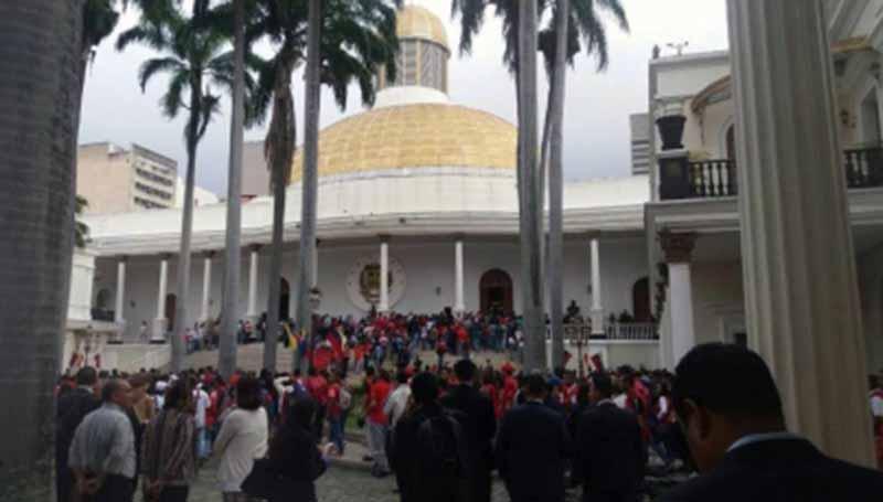 Grupo violento asalta Asamblea venezolana y deja cinco diputados heridos