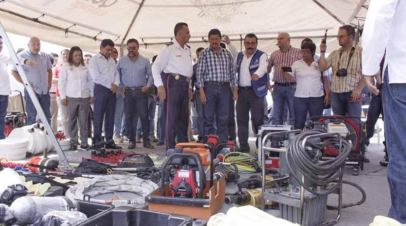 Entregan camión extintor y equipamiento a Bomberos de La Paz