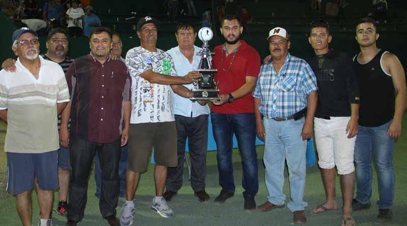 Secretario General del Ayuntamiento Premia a Ganadores del Campeonato Estatal de Béisbol