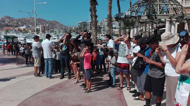 Cabeños se dan cita en la Marina y miradores de la ciudad para observar eclipse