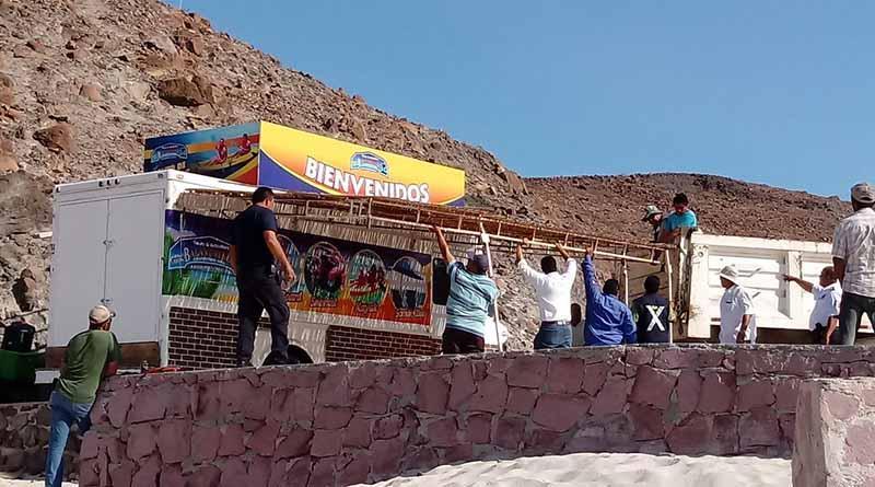 Realizan operativo para desalojar puestos ambulantes en playa Balandra