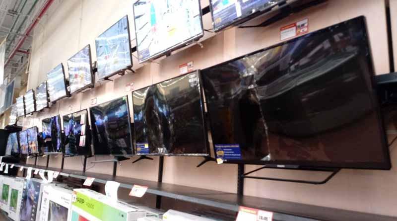 Desquiciado entra a Walmart de La Paz y destruye 20 pantallas de TV