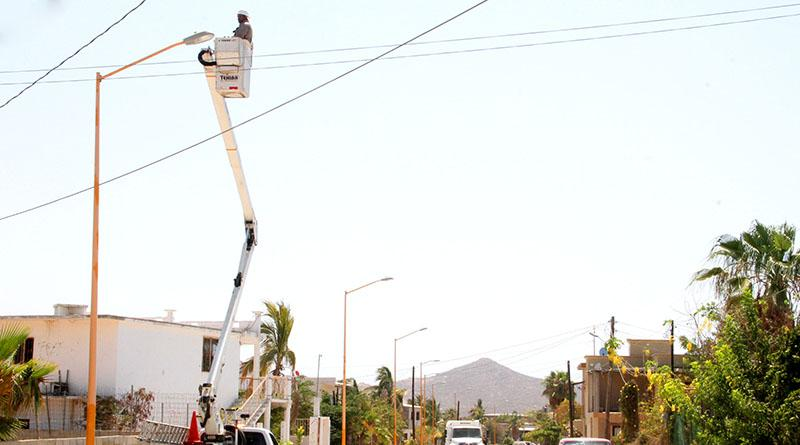 Constante trabajo de servicios públicos para rehabilitación de luminarias