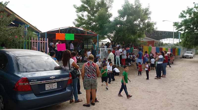 Padres de familia hacen paro de labores en JDN Han Christian Handersen