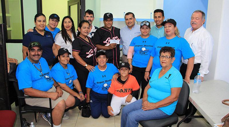 Entrega Gobierno Municipal apoyo económico a equipo de softbol