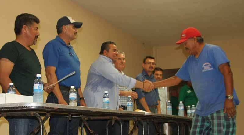 Reciben 150 pescadores de la bocana y punta abreojos certificados de seguro de vida