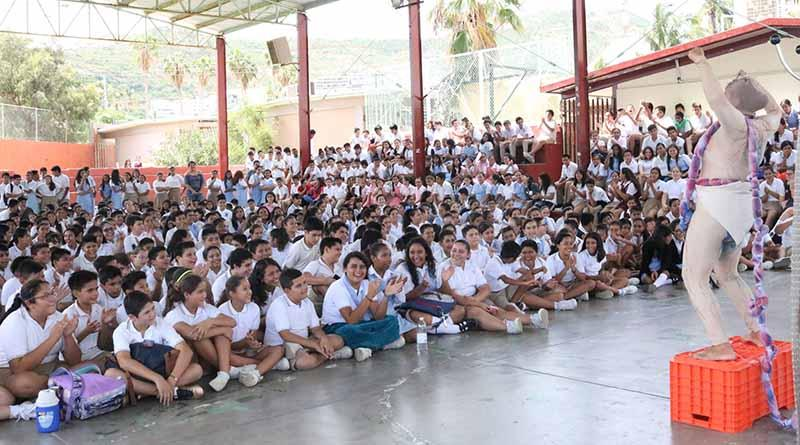 """Asisten más de cinco mil alumnos de Los Cabos al monólogo """"Con Don de Decidir"""" protagonizado por cristina michaus :SEP"""