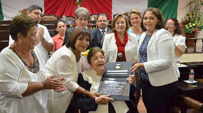 """Recibe la Medalla """"Dionisia Villarino"""" Gloria Davis Verdugo"""