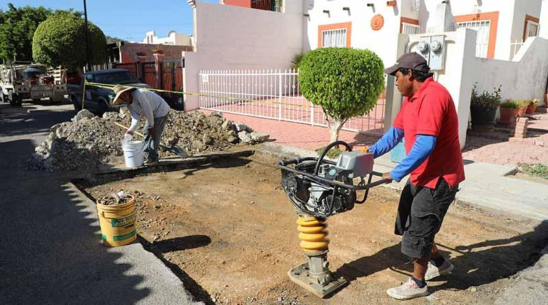 Tras reparaciones de fugas, agua potable realiza bacheo