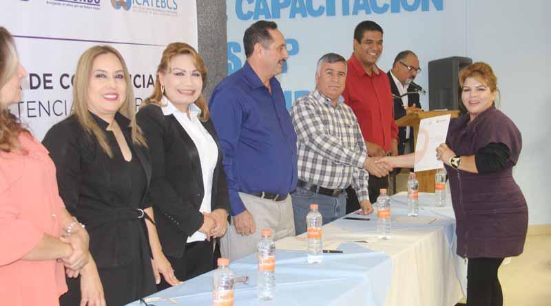 Director de Recursos Humanos Entrega  Constancias de Cursos de Capacitación de ICATEBCS