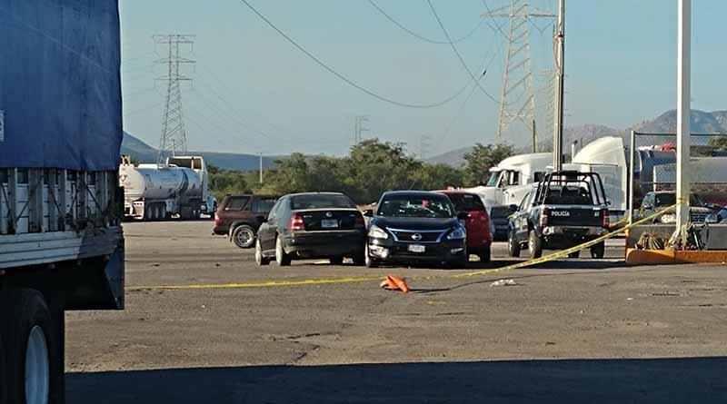 Asesinan a balazos a dos personas en gasolinera de Libramiento Oceguera en La Paz