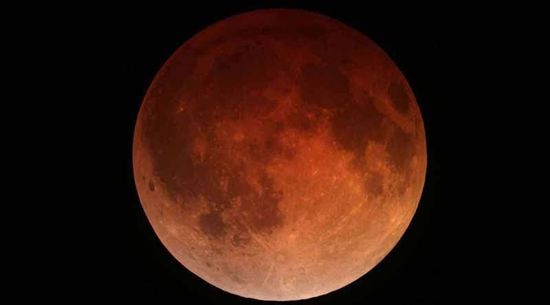 Eclipse lunar es visible de manera parcial en México