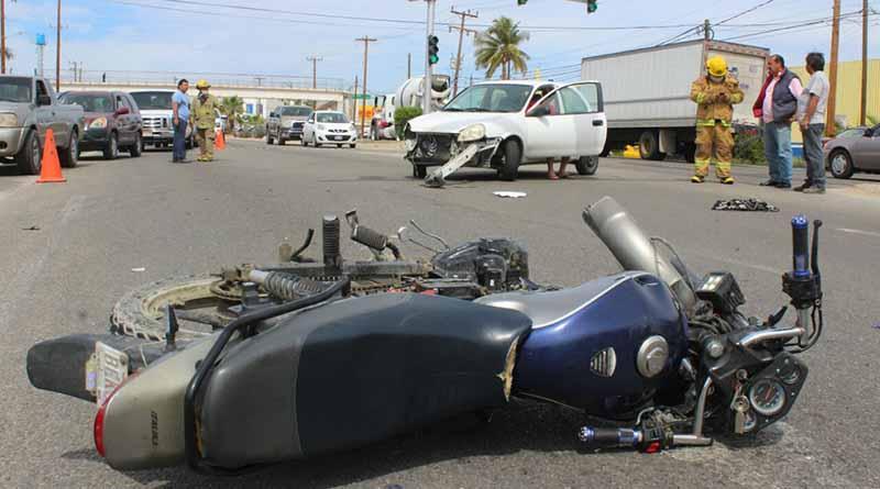 En Guaymitas, motociclista sale lesionado por choque contra automóvil