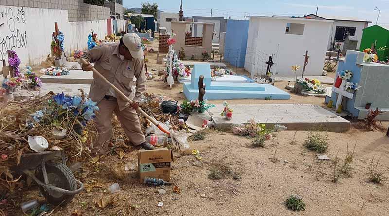 Trabaja servicios públicos en limpieza de panteones municipales