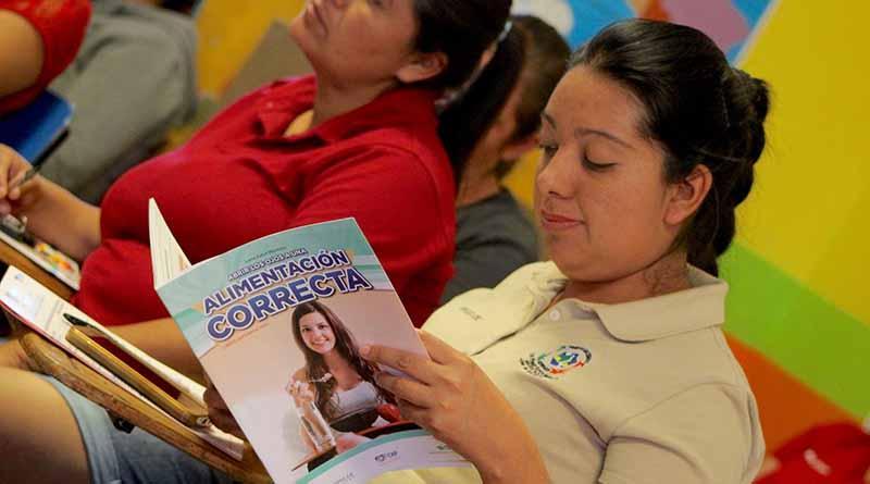 Entrega sistema estatal DIF libros sobre orientación alimentaria